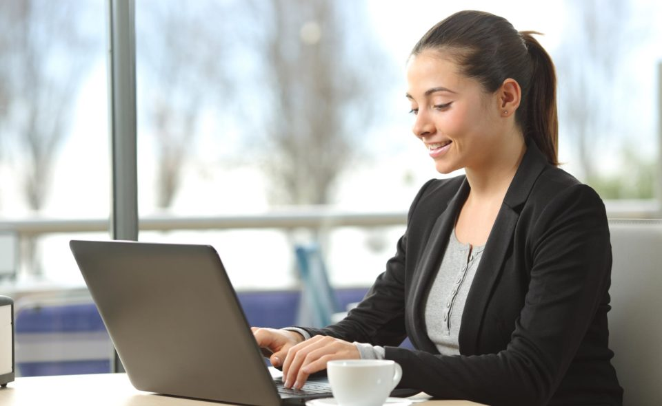 mulher em frete ao computador