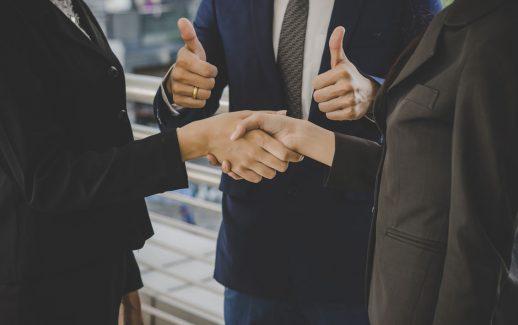 empresário apertando as mãos em sinal de acordo