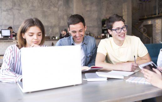 jovens-trabalhando-laptop