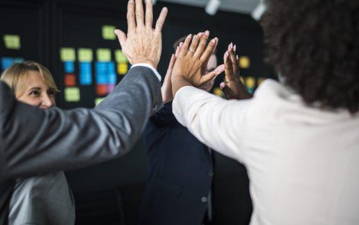 equipe-negocio-dar-um-alto-cinco